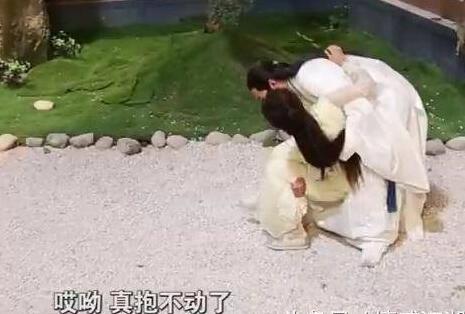 七张《楚乔传》幕后照:李沁在地牢背台词,赵丽