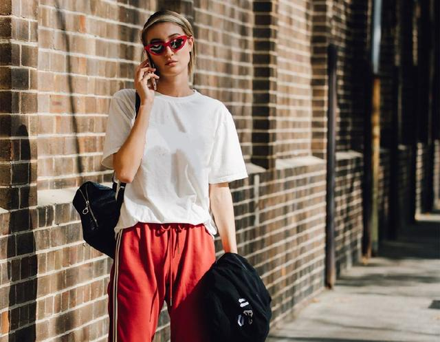 百搭不厌的白t恤,穿出40种造型,简单基本款也能很时髦