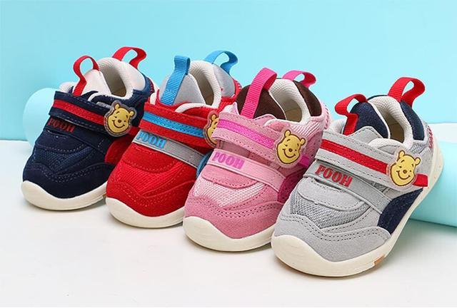 一岁宝宝刚开始学走路,穿什么鞋合适?