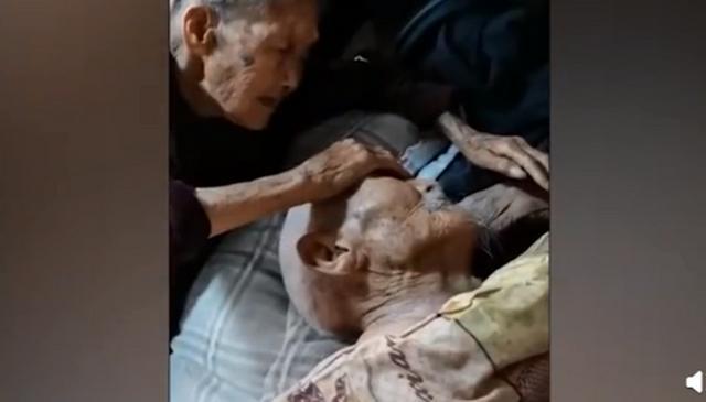 100岁奶奶贴脸陪伴98岁爷爷,现场图背后故事曝光令人动容