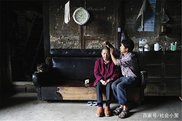 人民网官方微博表扬37岁小伙背着母亲打工15年,网友:孝子