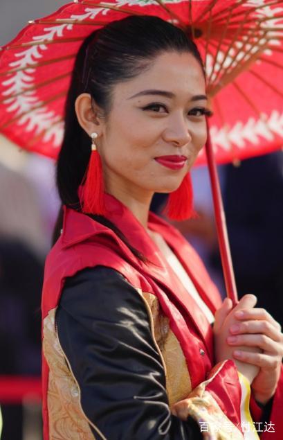 2018世界旅游小姐美女如云 中国小姐穿中国式嫁衣很亮眼