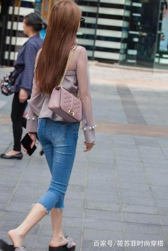 靓丽多姿的牛仔裤美女,洋气的搭配还显瘦,特别有吸引力!