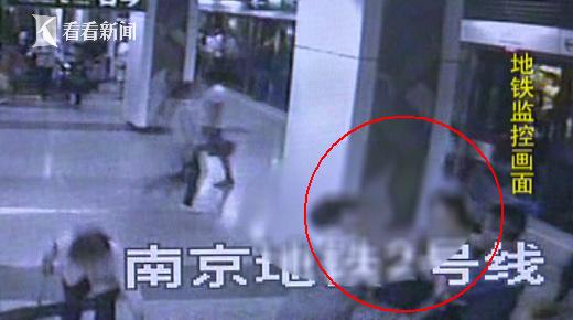 两陌生女子9天内2次在地铁站相遇 每次见面就开打