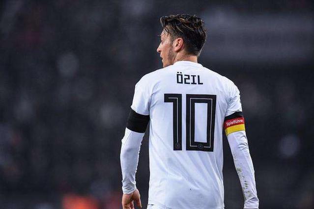 足坛现役第8号巨星确定无缘下届世界杯,C罗梅