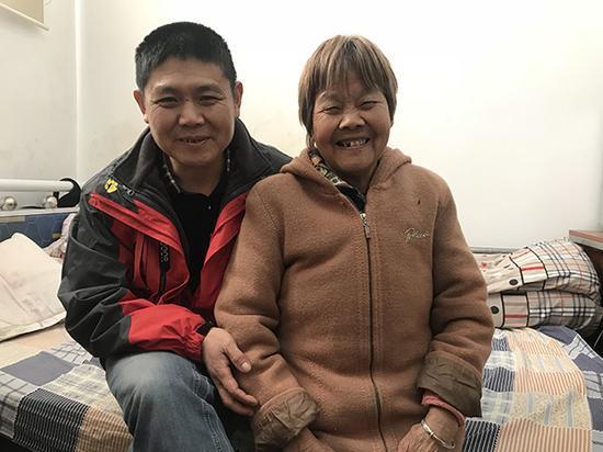 工人背起独居老母修京张高铁:有妈才是家
